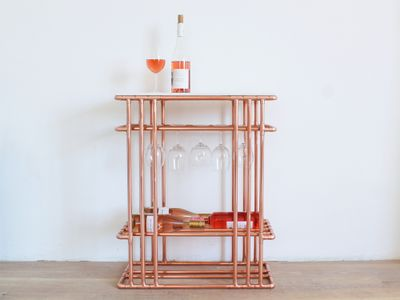 Table_bar_à_vin_en_tubes_de_cuivre_00SideTableUseFinal.jpg